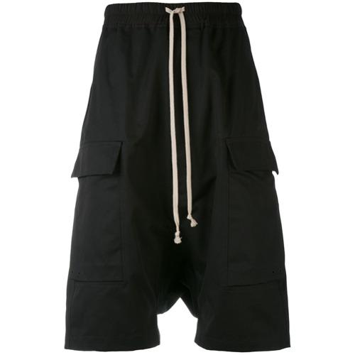 Bermuda com bolsos preta em algodão, Rick Owens. Possui cós elástico com ajuste por cordões e bolsos laterais.