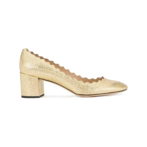 Sapato 'Lauren' de couro dourado, Chloé. Possui efeito metálico, estilo slip-on, bico arredondado, detalhes ondulados, s...