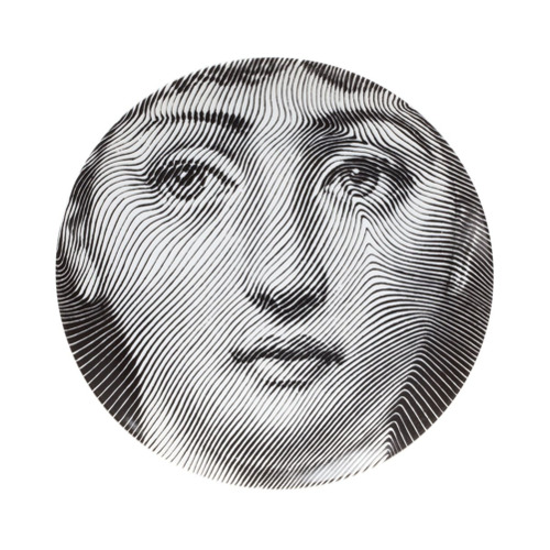 Printed black and white porcelain wall plate from Fornasetti. Diameter: 25.5cm
