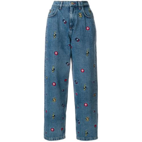 Calça jeans boyfriend com bordado azul em algodão, Tommy Hilfiger. Possui passantes para cinto, bordado e cinco bolsos.